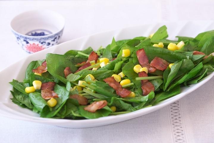 サラダほうれん草とカリカリベーコンのサラダ