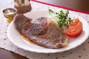 牛サーロインステーキ梅と玉ねぎのソース