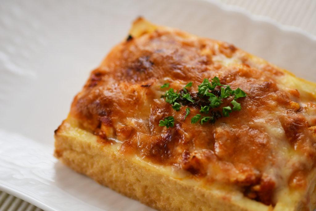 簡単厚揚げの ミートソースチーズ焼き